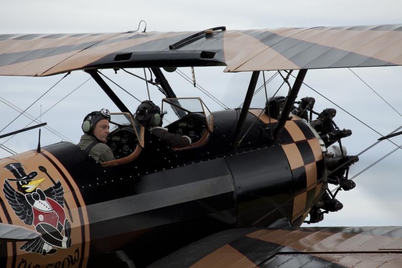 Flugkapit&auml;n Hans Nordsiek in seiner geliebten >alten Kr&auml;he<, einer pr&auml;chtig erhaltenen Stearman. Im Hauptberuf steuert er ein etwas gr&ouml;&szlig;eres  Modell von Boeing, eine B 777. Foto: Torsten Sauer
