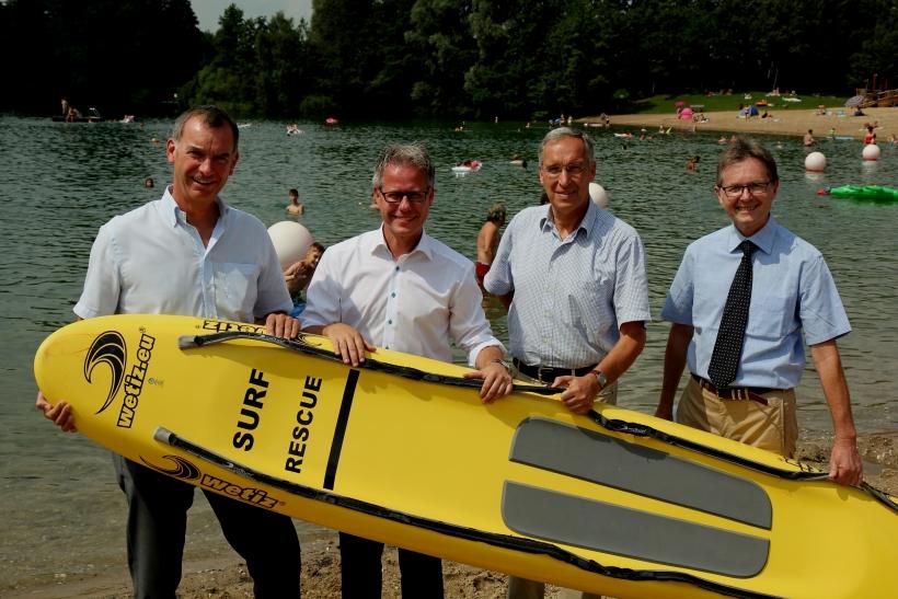 Freude über den guten Zustand des Kaarster Sees (von links): Stefan Stelten, Jürgen Steinmetz, Ingolf Graul und Karsten Mankowsky. (Foto: Rhein-Kreis Neuss)