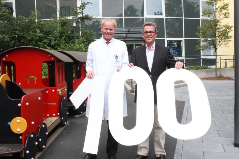 Professor Dr. Tim Niehues und Oberbürgermeister Gregor Kathstede vor der neuen Kinderklinik. (xity-Foto: E. Aslanidou)