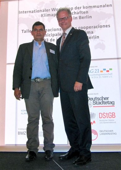 Gemeinsam für den Klimaschutz: Landratsvertreter Jürgen Steinmetz (rechts) und Solanos Bürgermeister Eliseo Murillo Criollo in Berlin. (Foto: Rhein-Kreis Neuss)