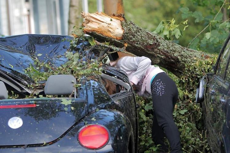 Windhose verwüstet hessischen Kurort Bad Schwalbach (© 2014 AFP)