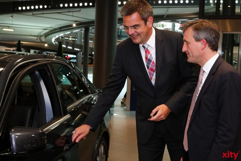 Thomas Geisel (r.) bekommt seinen Dienstagwagen von Daniel Bartos übergeben (xity-Foto: D. Creutz)
