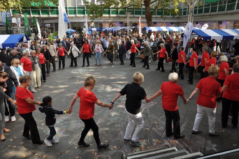 Die Tanzgruppe des Fischelner TV lud die Zuschauer zum Mitmachen ein. (Foto: J. Sattler)