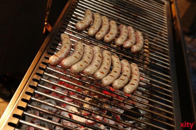 Zum essen oder zum aufwärmen gab es Würstchen vom Grill (xity-Foto: D. Creutz)
