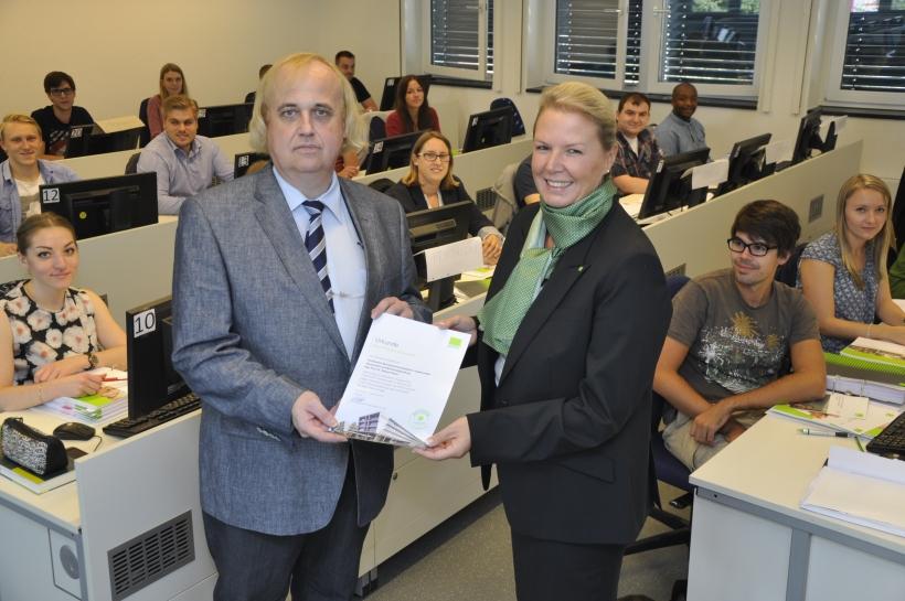 Ina Görtz, Leiterin der Düsseldorfer DATEV-Niederlassung, übergab die Kooperationsurkunde an Prof. Dr. Helmut Pasch. (Foto: Dr. Christian Sonntag)
