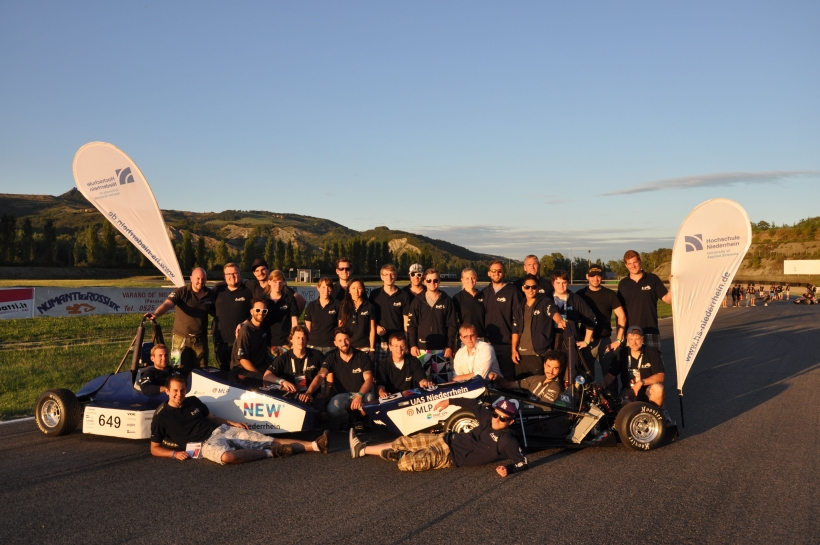 Das HSNR-Racingteam posiert auf der Formula Student-Strecke in Varano. (Foto: C. Hendricks)