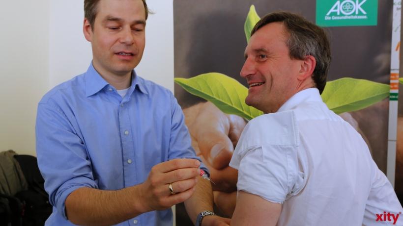 Thomas Geisel (r.) lässt sich direkt vor Ort Impfen (xity-Foto: D. Creutz)