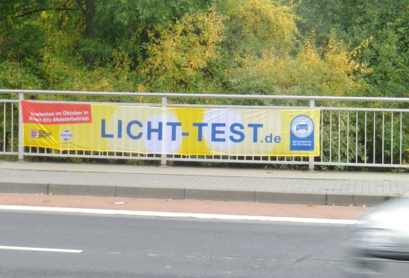 Banner an Brücken für den Licht-Test (Foto: Verkehrswacht Düsseldorf)