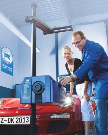 Vom 1. bis zum 31. Oktober bieten die 160 Kfz-Meisterbetriebe und alle DEKRA-Prüfstellen in Düsseldorf den kostenlosen Test der Fahrzeugbeleuchtung an (Foto: Verkehrswacht Düsseldorf)