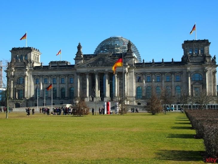 In der Nacht vom 2. auf den 3. Oktober 1990 wurde um Mitternacht die Fahne der Einheit an einem Fahnenmast vor dem Berliner Reichstag gehisst (xity-Foto: Karl-Heinz Zechner)