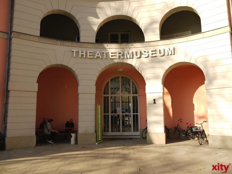 "Kay Lorentz als Gast auf dem ""Roten Sofa"" im Theatermuseum Düsseldorf (xity-Foto: T. Hermann)"