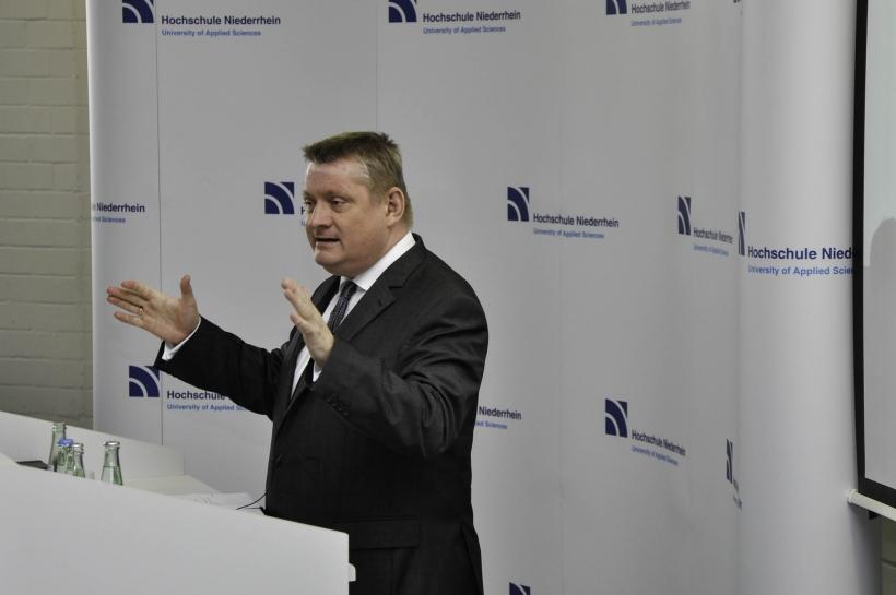 Hermann Gröhe sprach vor über 100 Studierenden im Hörsaal über die Entwicklung des Gesundheitssystems. (Foto: D. C. Sonntag)