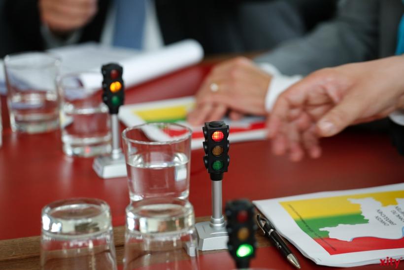 Als kleines Symbol verschenkte Andreas Rimkus Ampeln an die Parteivorsitzenden der Grünen und FDP (xity-Foto: D. Creutz)