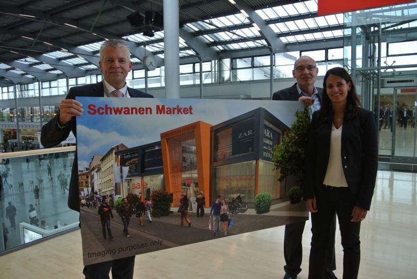 Planungsdezernent Martin Linne, Schwanenmarkt Center-Manager Andreas Thielemeier und Leasing-Managerin Carolina F. Veith stellen auf der Expo-Real in München die Pläne für den zukünftigen Schwanenmarkt vor. (Foto: Stadt Krefeld)