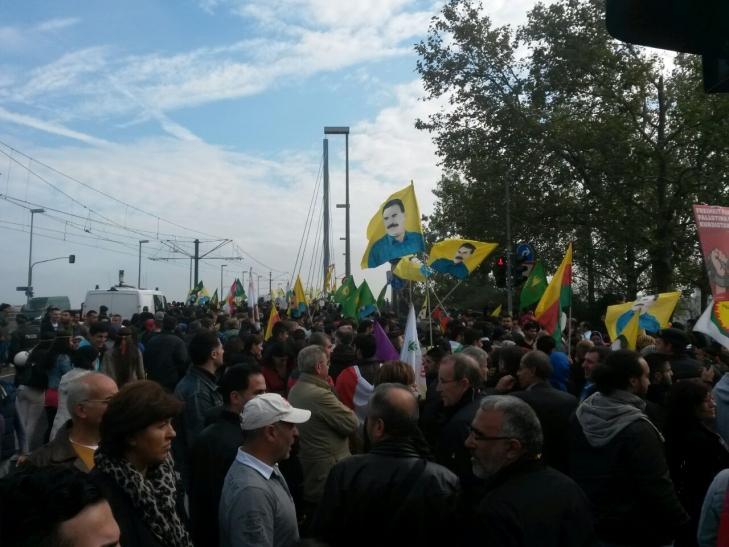 """Kurden demonstrieren unter dem Motto """"Stoppt den Terror IS - Freiheit für Abdullah Öcalan"""" in Düsseldorf (xity-Foto: P. Basarir)"""