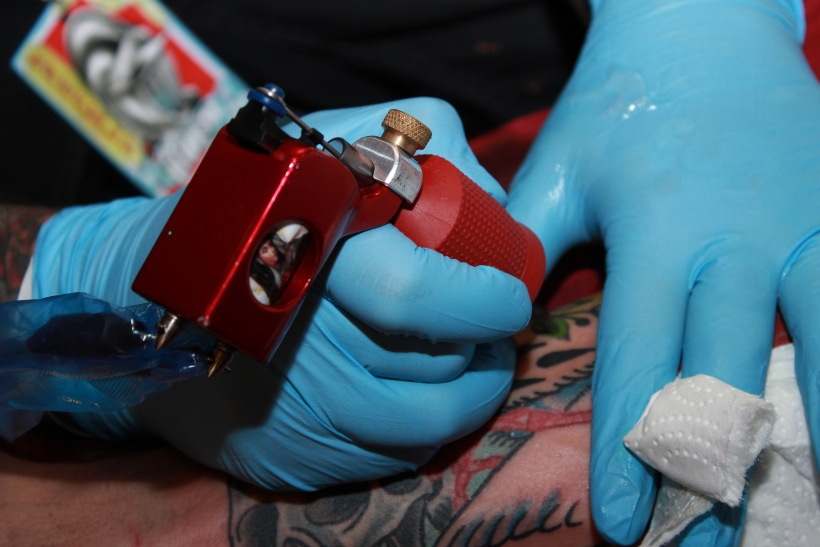 Das surrende Geräusch der Maschinen klang wie Musik in den Ohren der Tattooliebhaber. (xity-Foto: E. Aslanidou)