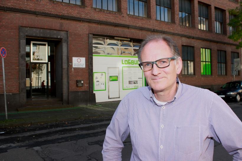 """Henry Beierlorzer von der Urbane Nachbarschaft Samtweberei gGmbH führte xity durch die """"Alte Samtweberei"""". (xity-Foto: E. Aslanidou)"""