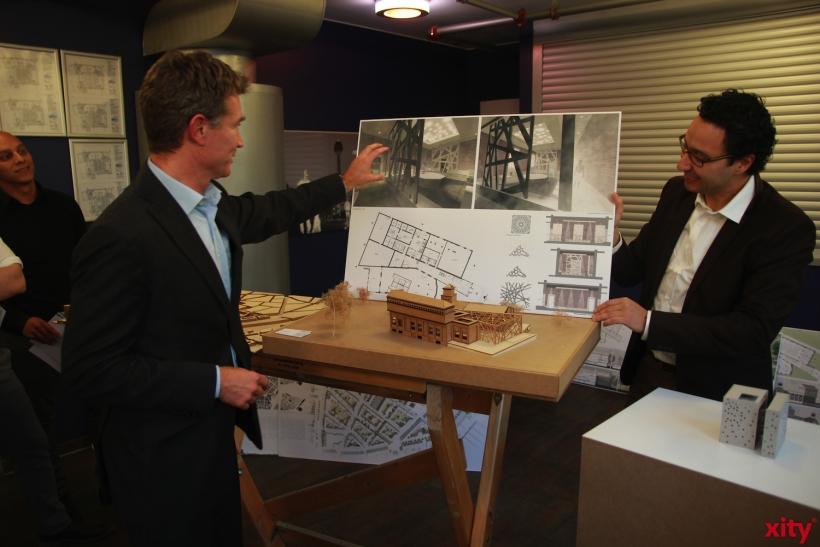 Volker Vogel, Vorstandsmitglied der Düsseldorfer Jonges erläuterte den Journalisten die Arbeiten der Gewinner (xity-Foto: P. Basarir)
