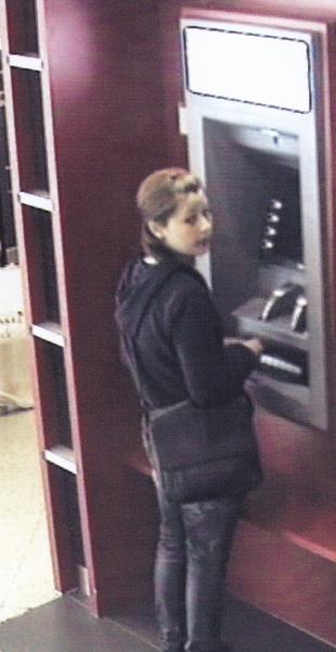 Betrügerische Barabhebung am Automaten. (Foto: Polizei Krefeld)