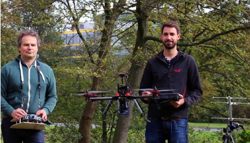 Christian Fischer (l.) und Martin Lange vom Labor für Umweltmesstechnik der FH Düsseldorf zeigen eine Hightech-Drohne im Einsatz (Foto: FH Düsseldorf)