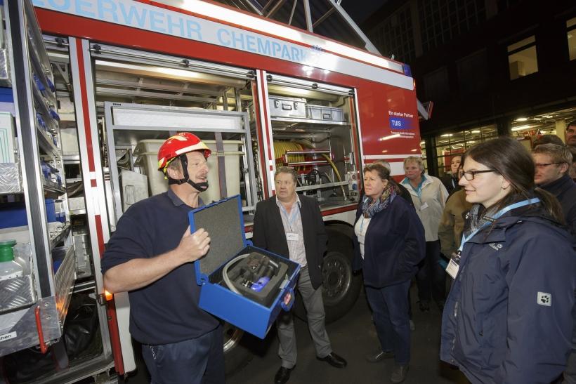 Michael Geldermann vom operativen Brandschutz der Chempark-Werkfeuerwehr wie er die Besucher informiert. (Foto: Currenta)