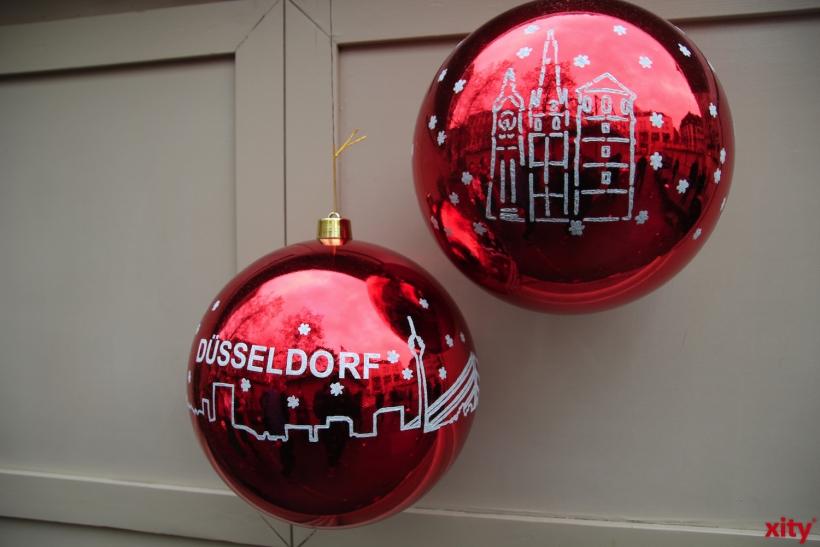 Die überdimensionierten Weihnachtskugeln gibt es auch in regulärer Größe. (xity-Foto: H.Müller)