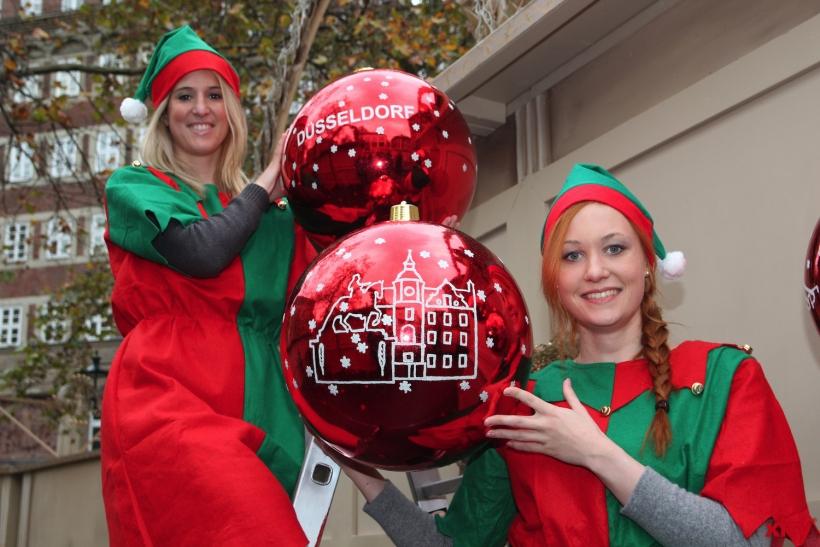 Die Weihnachtswichtel lockten schon beim Aufbau die ersten Passanten an. (xity-Foto: H.Müller)