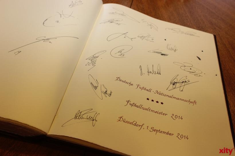 Die Fußball-Weltmeister von 2014 verewigten sich im goldenen Buch der Stadt Düsseldorf. (xity-Foto: A.Meyer)