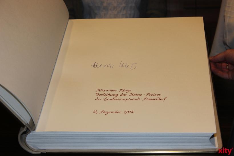 Prof. Dr. Alexander Kluge, Heine-Preisträger 2014, trug sich als Erster in das neue Goldene Buch ein. (xity-Foto: A.Meyer)