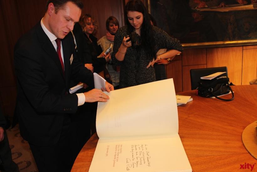 Das neue Goldene Buch der Stadt Düsseldorf wurde im Rathaus präsentiert. (xity-Foto: A.Meyer)