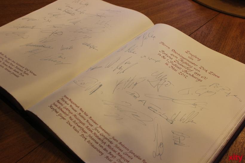 Die Mannschaft von Fortuna Düsseldorf signierte das alte Goldene Buch ebenfalls. (xity-Foto: A.Meyer)