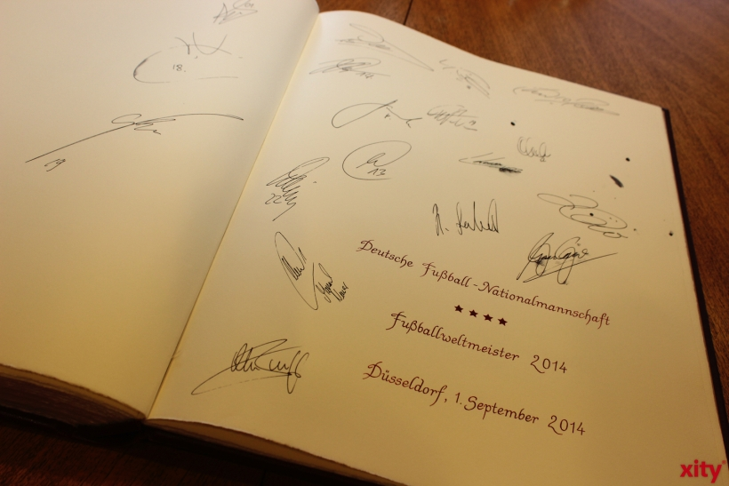 The old golden Book was signed by the 2014 World cup winning team, Germany. (xity-Foto: A. Meyer)