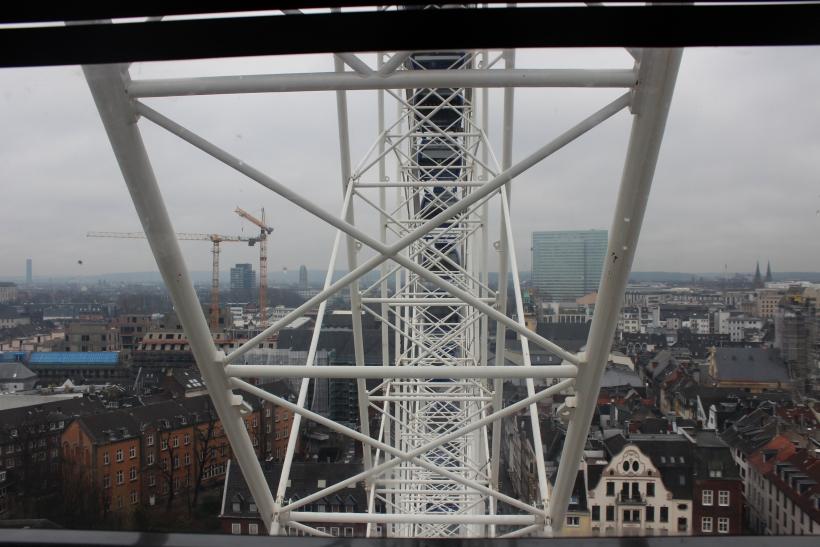 Das Riesenrad bietet einen einzigartigen Ausblick über Düsseldorf (xity-Foto:A.Obreiter)