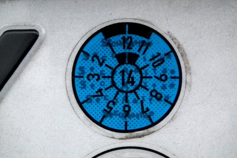 Höchste Eisenbahn wird es für Autofahrer, die noch mit einer blauen Plakette für die Hauptuntersuchung (HU) auf dem hinteren Kennzeichen ihres Wagens unterwegs sind (xity-Foto: D. Postert)