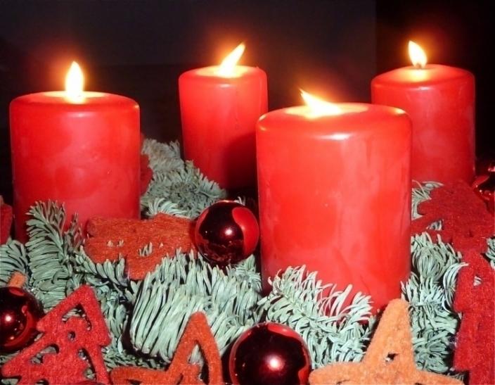 Die letzte Kerze am Adventskranz erleuchtet (xity-Foto: P.I.)