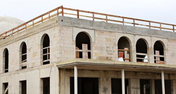 Moscheerohbau in Dormagen mit Hakenkreuzen beschmiert (© 2014 AFP)