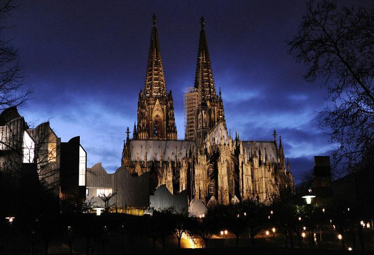 Lob für Beleuchtungsstopp am Kölner Dom bei Pegida-Demo (© 2015 AFP)