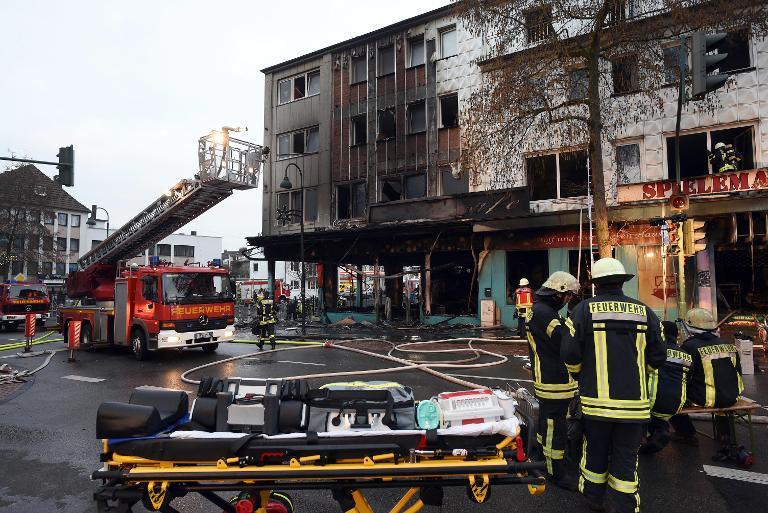 Acht Feuerwehrleute in Leverkusen teils schwer verletzt (© 2015 AFP)