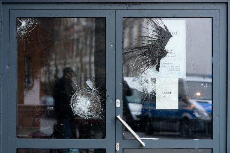 Dutzende Vermummte greifen Polizeiwache in Leipzig an (© 2015 AFP)