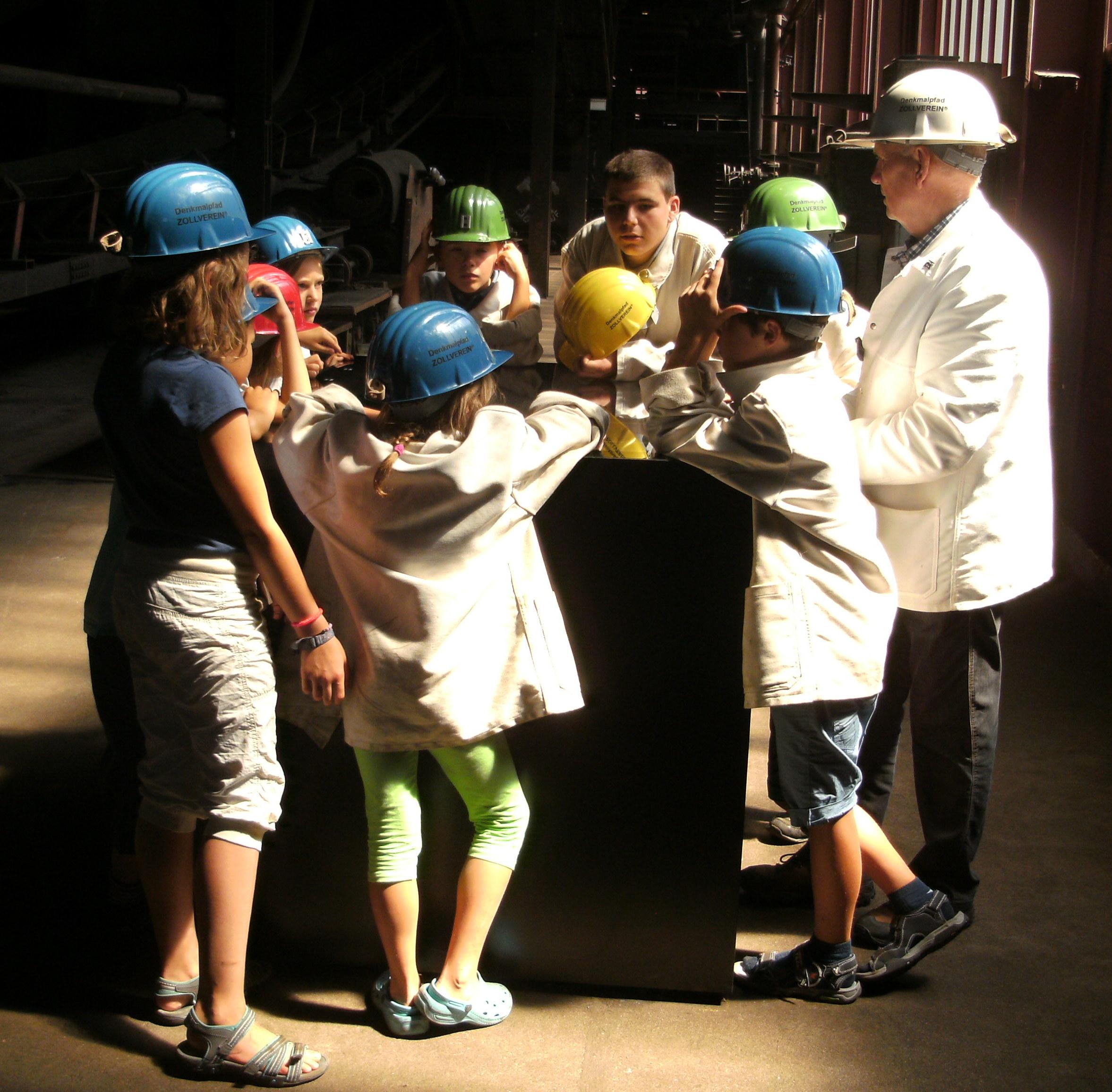 Eine Ratinger Kulturrucksack-Gruppe beim Besuch der Essener Zeche Zollverein (Foto: Stadt Ratingen)