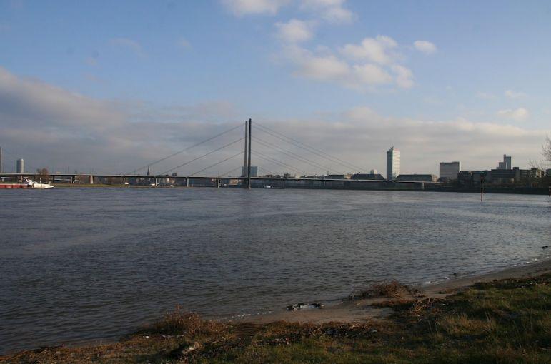 Der Rhein, der sich in seinem Bett während der bisherigen Winterwochen nicht allzu breit gemacht hat, steigt in diesen Tagen wieder an (xity-Foto: M. Völker)