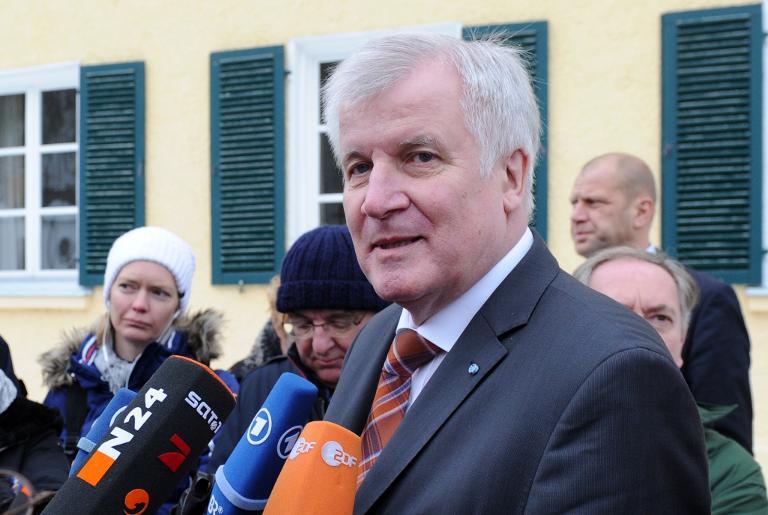 Seehofer fordert Nachbesserungen an Mindestlohngesetz (© 2015 AFP)