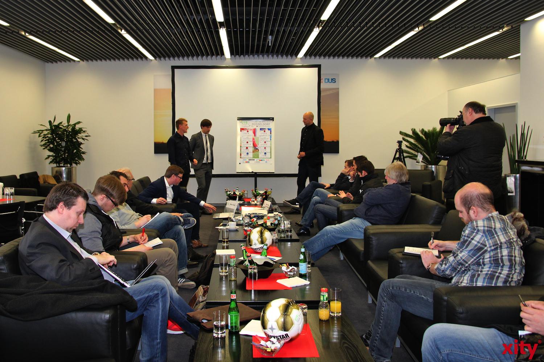 Die Auslosung lockte Zahlreiche Pressevertreter zum Flughafen (xity-Foto: H. Müller)