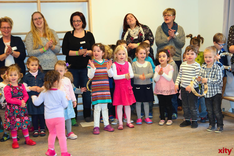 Die Kinder der KiTa begrüßten die Besucher und sangen ein Lied. (xity-Foto: A.Obreiter)