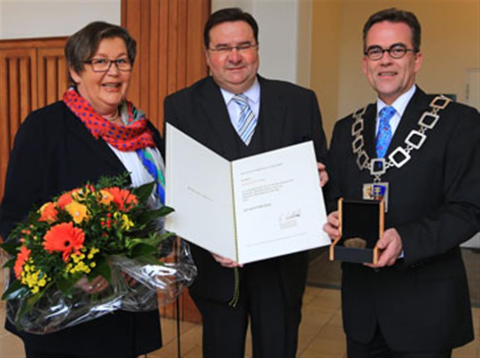 Krefelder Rainer Küsters erhält Stadtsiegel (Foto: Stadt Krefeld)