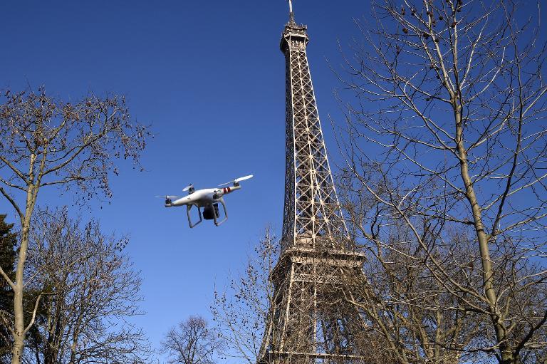 Deutsche Journalisten mit Drohne in Paris gestoppt (© 2015 AFP)