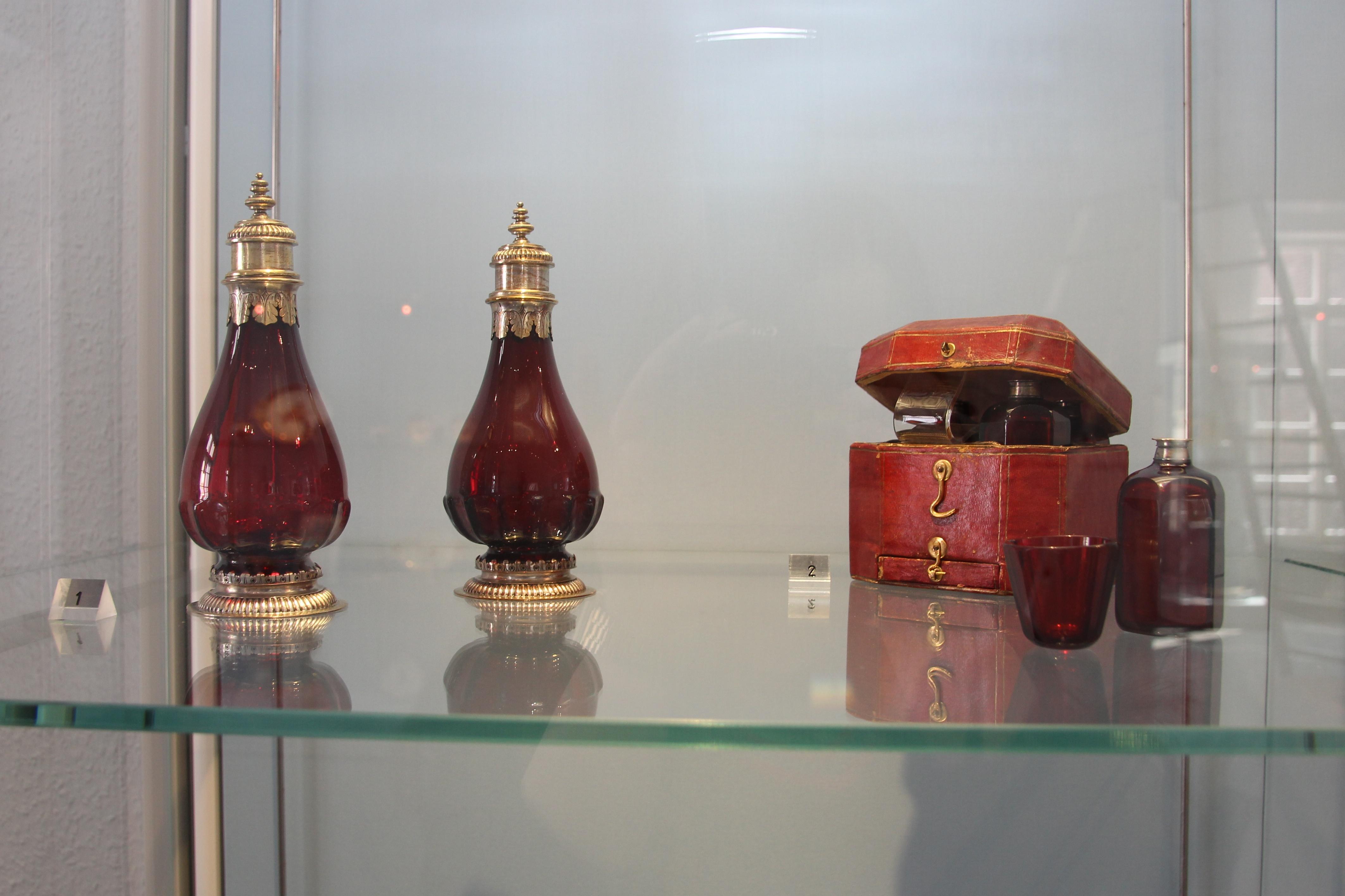 """Die verschiedenen Farbtöne von Rosa bis Purpus werden in der Ausstellung """"Pink-Porcelain"""" im Hetjens-Museum ausgestellt. (xity-Foto: S. Jacobs)"""
