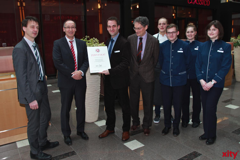 Roland Schüßler übergab am Dienstag ein Zertifikat an das Hotel Maritim in Düsseldorf (xity-Foto: P. Basarir)