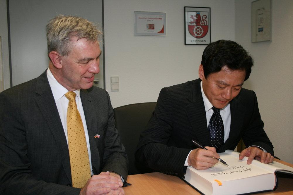 Die Eintragung in das Goldene Buch der Stadt erfolgte in traditionellen chinesischen Schriftzeichen (Foto: Büro des Bürgermeisters der Stadt Ratingen)
