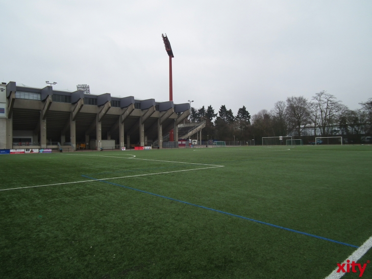 Der Kunstrasenplatz neben dem Grotenburg-Stadion kann kurzfristig repariert werden (xity-Foto: E. Aslanidou)